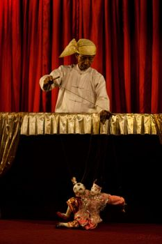 Yoke thé puppeteer and his puppet